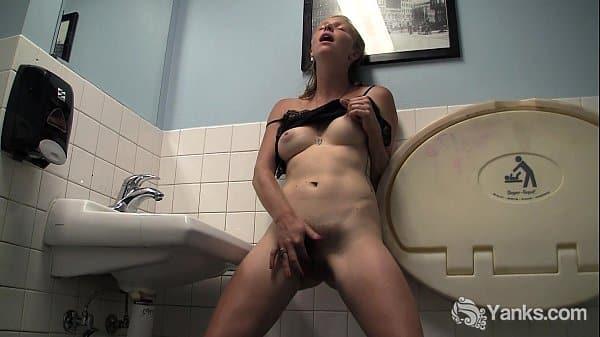 Video de gostosa amadora peladinha mostrando bucetinha no banheiro de trabalho