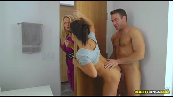 Sexo entre familia no banheiro