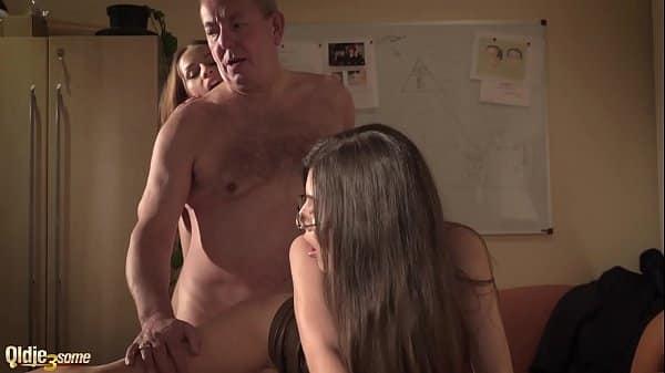 Velho fazendo sexo com filha novinha junto com seu filho mais velho