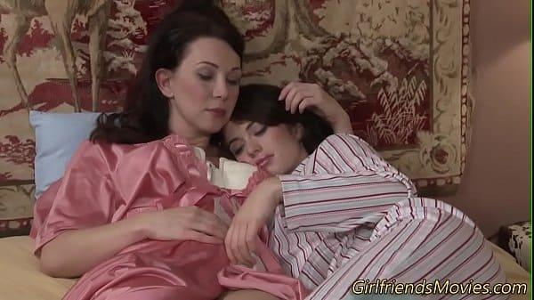 Lésbicas se roçando encima da cama
