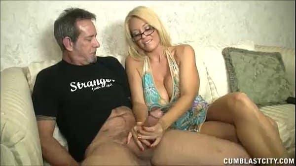 Mulher peituda gostosa batendo punheta na massagem