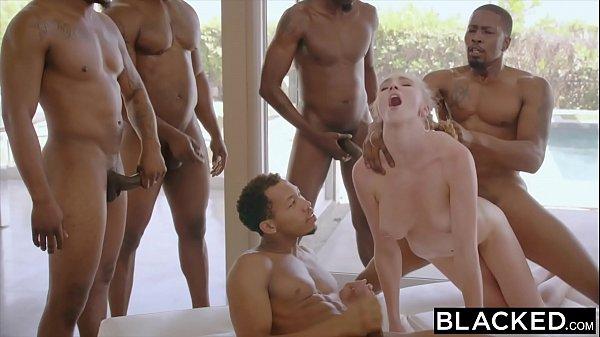 Sexo grupal com novinha loirinha tomando surra de pau
