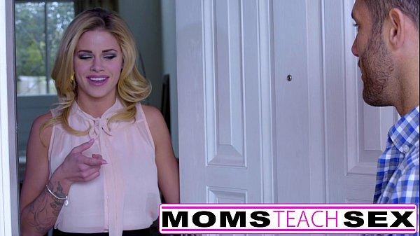 Mãe ensinando Sua Filha A Chupar Piroca pela Primeira vez