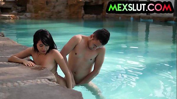 Puta de luxo fazendo sexo na beira da piscina
