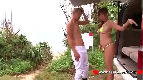 Morena brasileira dando a buceta na beira de rio