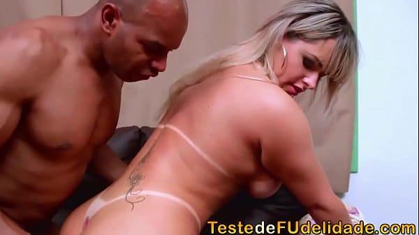 Loira maravilhosa realizando sexo com amante
