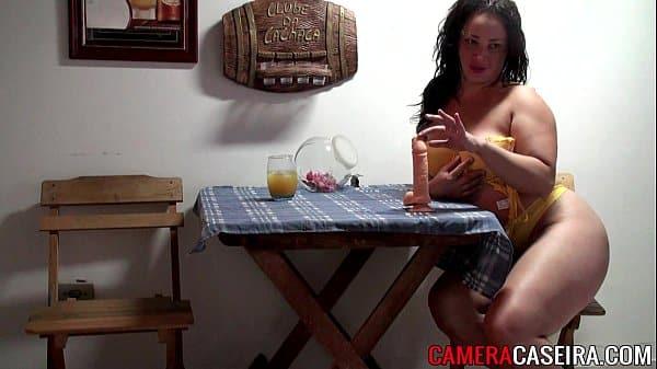 Brasileira morena sentando com o cuzinho no consolo grande