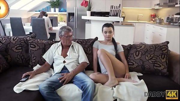 Colocando a filha puta para mamar gostoso e sentar na pica