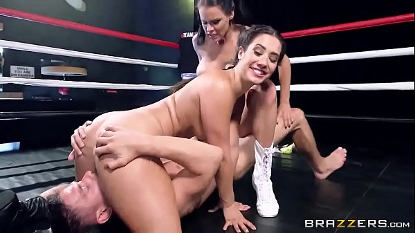 Duas gostosas transando com dotado no ringue de luta