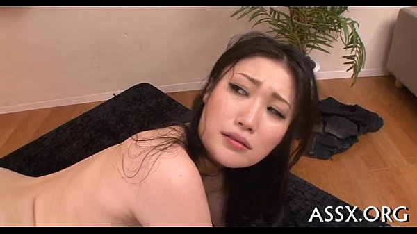 Japonesa delicia liberando a buceta e o cu para o amante