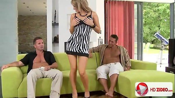 Loira sendo estuprada por vários machos delinquentes