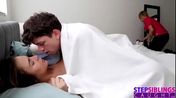 Novinha acorda irmão no boquete e leva rola na buceta