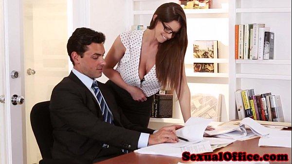 Aquela secretária gostosa que todo chefe empresário tem para foder no escritório