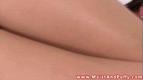 Masturbação anal morena passa óleo e enfia os dedos no cu
