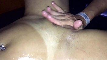 Putaria na sala de massagem asiática gostosa sentando na rola