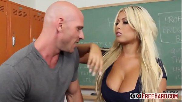 Estudante novinha fodendo com aluno dentro da escola