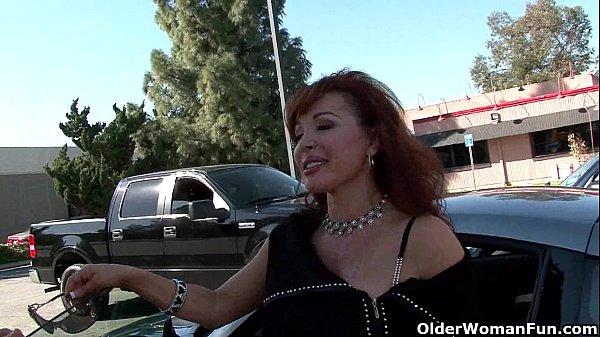Sexo quente coroa gostosa metendo no estacionamento com amante
