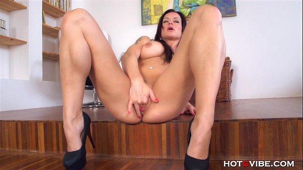 Amadora dos peitos volumosos e durinhos na webcam dando show
