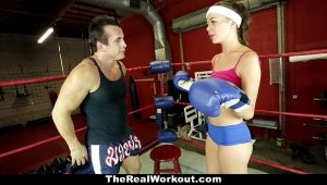 Coroa peituda fazendo sexo na academia de box com o professor safado