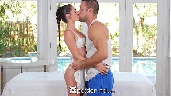 Mulher batendo punheta gostosa para marido dentro do hotel