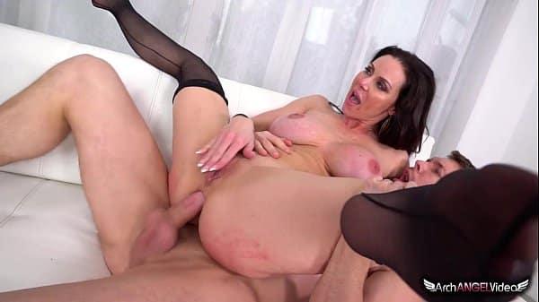 mulher gozando gostoso ao ser pegada brutalmente por dois musculosos
