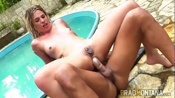 Negra tomando piroca grande dentro da piscina com amante e amigo