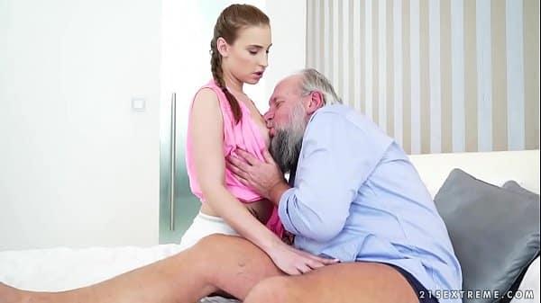 Neta transando com seu vovozinho quente e tarado enquanto tomava banho