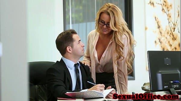 Patrão fudendo a secretária dentro do escritório