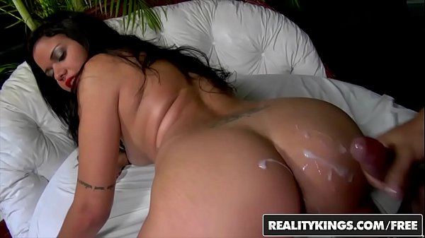 Bucetuda tomando no cu com gosto