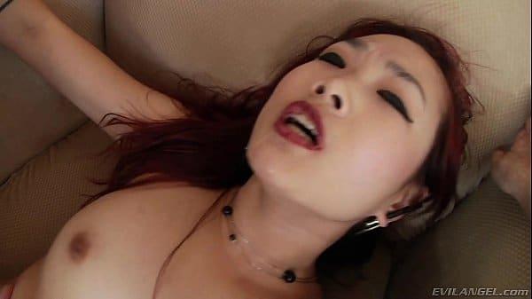 Cavala japonesa toda sensual e gostosinha dando sua vagina carnuda