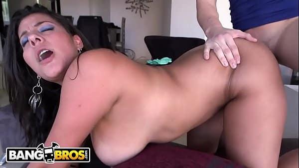 Coroa italiana dos peitos perfeito no sexo com o safado