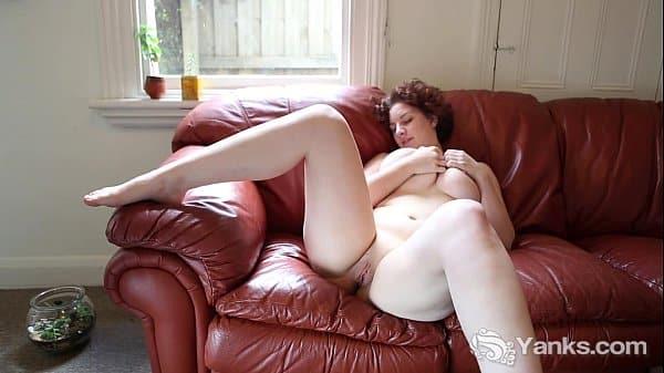 Gostosa mostrando a calcinha em casa