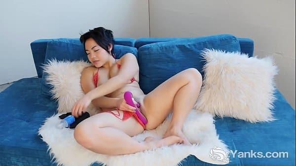 Japonesa super sexy com dildo rosa em sua bucetona
