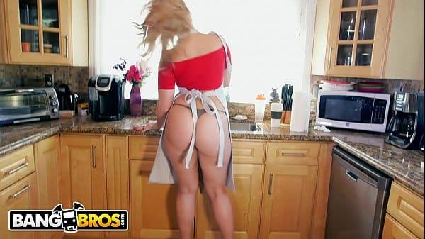 Loira gostosa peladinha na webcam fica de pernas abertas exibindo bucetinha apertada