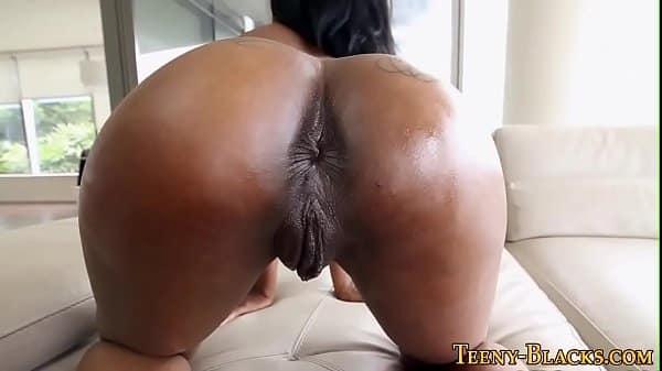 Namorada negra dando buceta deitada