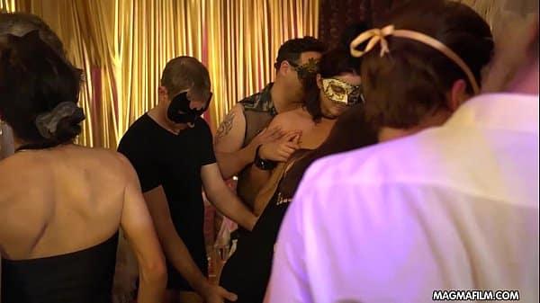 Novinha mascarada deixando seus amigos meterem gostoso no grupal