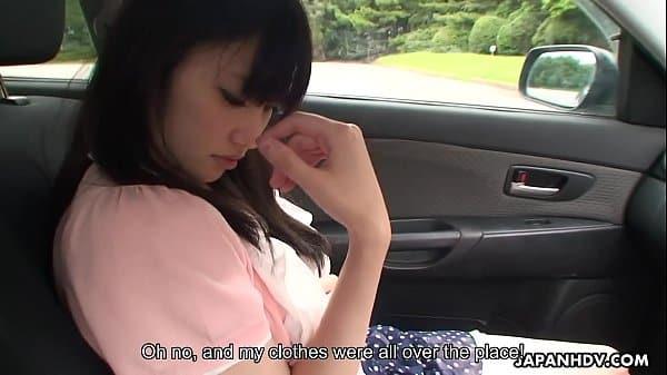 Oriental amarrada dentro de carro para macho realizar seu fetiche