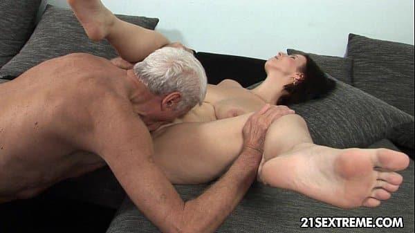Paizão com a delicada filha tendo cu dilacerado no anal gostoso
