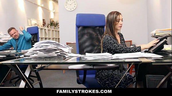 Safada sensual faz sexo com taradão em seu escritório