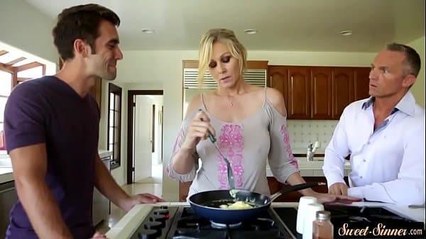 Sexo com sogra gostosa dentro da cozinha