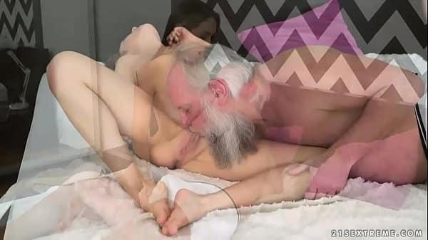 Velho pai chupando bucetinha de filha novinha