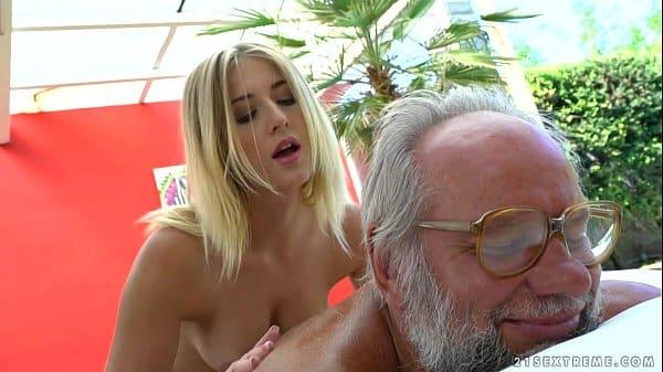 Velhos tarados comendo filha novinha no mato