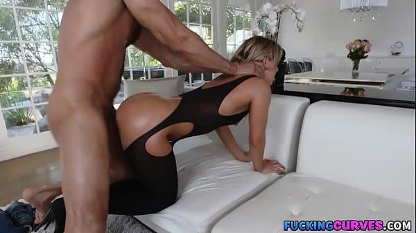 Amador anal com essa puta gordinha dando de quatro