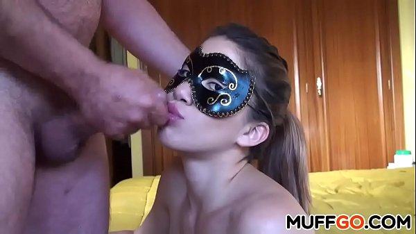 Casada mascarada mamando gostoso até gozar na boca