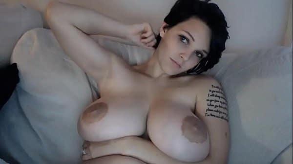 Colombiana nua na web cam exibe os peitos grandes que ela tem
