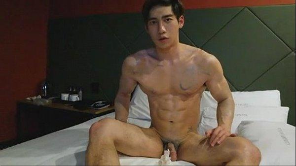Gay japonês em casa assistindo porno e punhetando