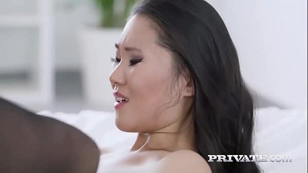 Japonesa chora de dor na cavalgada no pênis