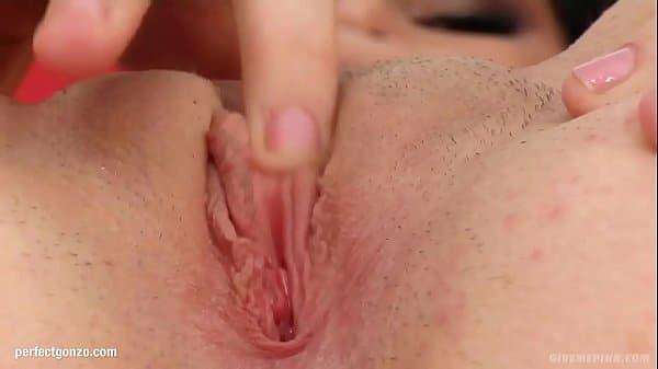 Mulher por falta de sexo com marido resolveu se masturbar na web