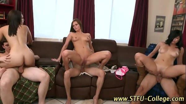 Novinhas fazendo porno grupal com esses parceiros dos pintões metendo