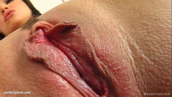 Peituda morena que se masturbando na cam